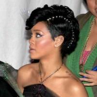 Rihanna Siyah Abiye Saç Modeli