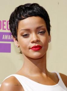 Rihanna siyah renkli erkek kesim saç modeli
