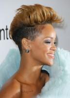 Rihanna boyalı kısa traşlı erkek kesim saç modeli