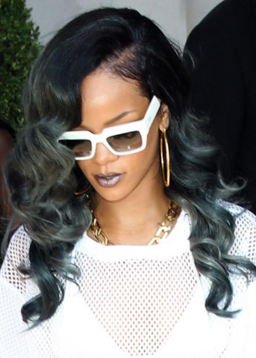 Rihanna gri boyalaı dalgalı saç modeli