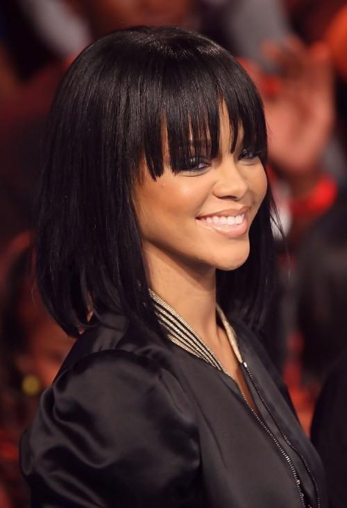 Rihanna siyah boyalı düz kahkul kesim saç modeli