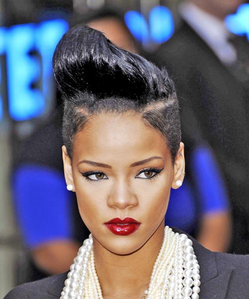 Rihanna siyah boyalı kısa jöleli saç kesim modeli