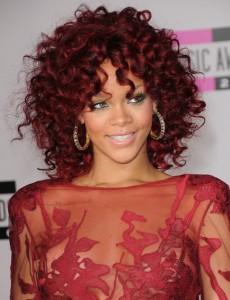 Rihanna kizil saçlı kıvırcık saç modeli