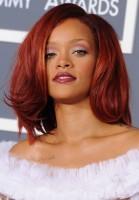 Rihanna kızıl boyalı dalgalı saç modeli