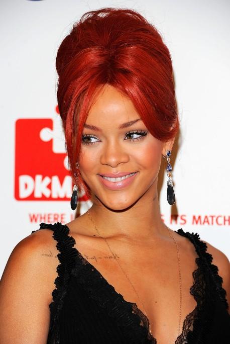 Rihanna kızıl renkli topuz saç modeli