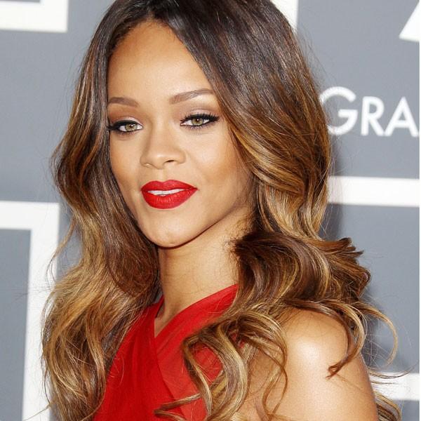 Rihanna ombre renkli dalgalı uzun saç modeli