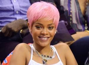 Rihanna pembe saç boyalı kısa kesim saç modeli