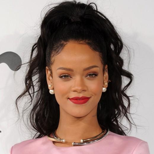 Rihanna siyah postiş sitili saç modeli