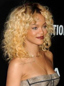 Rihanna sarışın su dalgalı saç modeli