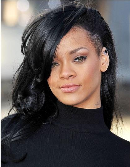 Rihanna siyah boyalı dalgalı saç modeli