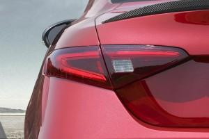 Yeni Alfa Romeo Giulia arka stop lambası ve karbon fiber spoyler