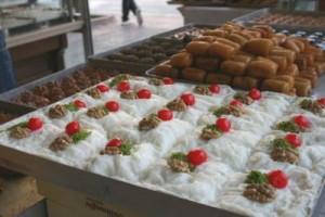 Açık büfede tatlılar ve meyveler