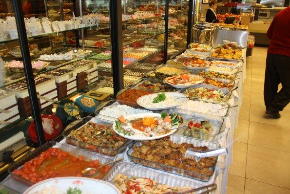 Açık büfede yiyeceklerin büfeye sıralanması