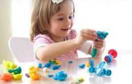 Yoğurma maddeleri ile yapılan çalışma (oyun hamuru): Tuz seramiği, kil, kağıt hamuru, talaş hamuru, seramik hamuru, pasta hamurları ve macun, okul öncesi çocuklarının yaratıcılıklarının gelişmesinde etkili malzemelerdir. Bu maddelerle yapılan çalışmalarda çocuklar düşünürler, yeni buluşlar ortaya koyarlar, el becerileri gelişir ve kendilerine güvenleri büyük oranda artar.
