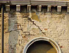 Duvar yüzeyindeki çatlaklar, bağlantısızlık ve ezilmeler